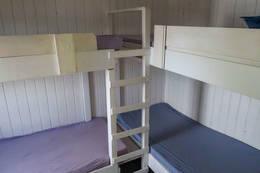Hytta har fire sengeplasser i et soverom.