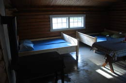 Hyggelig koie i skogen. Helt nye senger og madrasser montert slutten av september 2012 sammen med husvask. Og ennå triveligere skal det bli! - Foto: Margrete Ruud Skjeseth