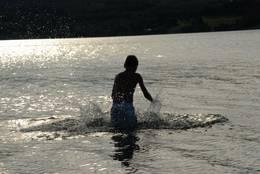 Bading i Leksdalsvatnet - Foto: Visit Innherred AS