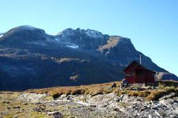 Hytta med Bjørkehornet ruvende bak - Foto: Åsmund Steen