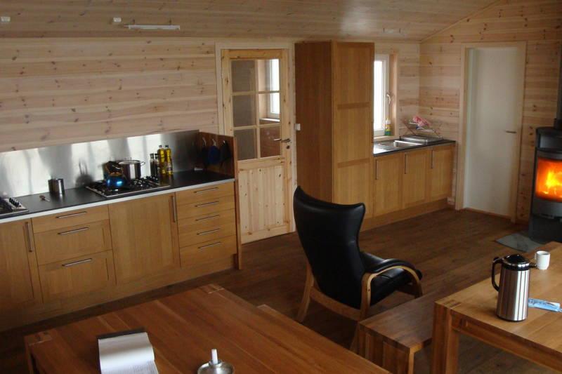 Kjøkkenet og stua på Løkjelsvatnhytta.