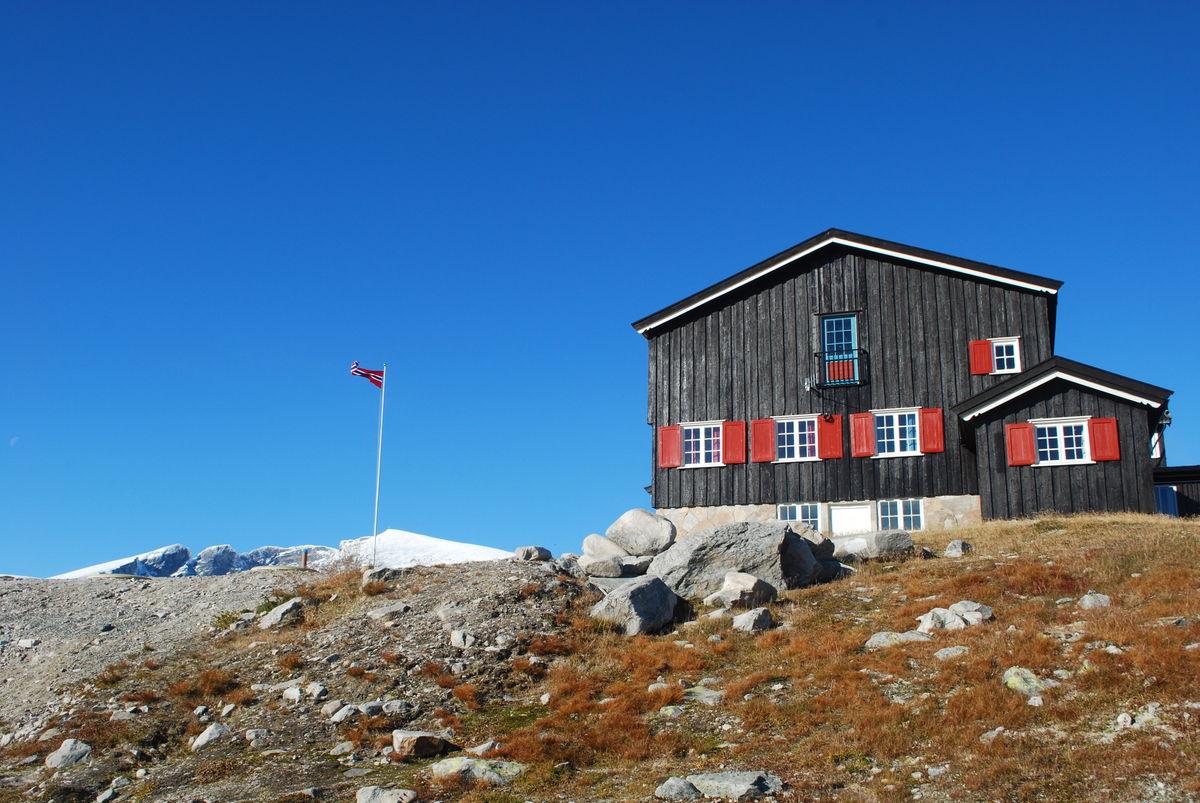 Snøheim ligger ved foten av Snøhetta- massivet. Skimtes såvidt på dette bildet.