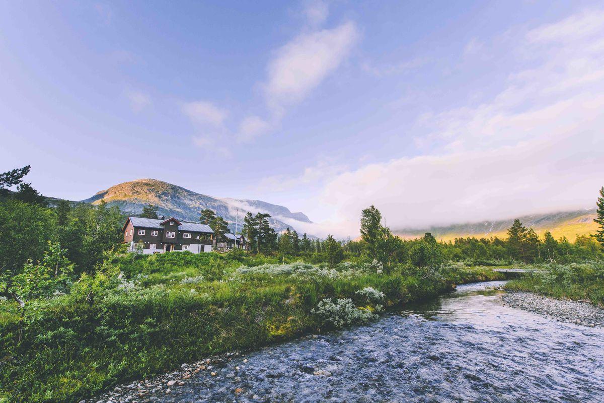 Reindalseter ligger ved østenden av Langevatnet i Reindalen og er midtpunktet i rutenettet i Tafjordfjella