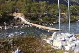 Bru over elva like før hytta - Foto: Erling Kjøl
