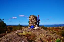 Utsikten fra Varden nytes. -  Foto: Rune Ness