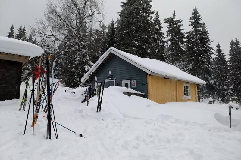 Koselig besøk av kalde DNT medlemmer gir hyggelig atmosfære og mange par ski