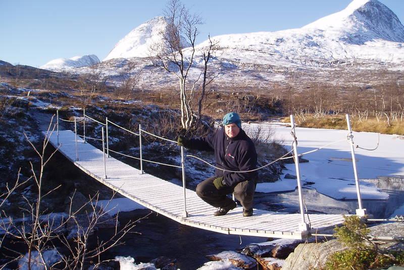 Bru nord for Lurfjellhytta (på stien fra Børelv) som tas inn om vinteren