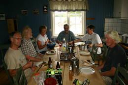 Dugnadsgjeng på Katnosdammen spiser middag - Foto: Kristin Fredheim