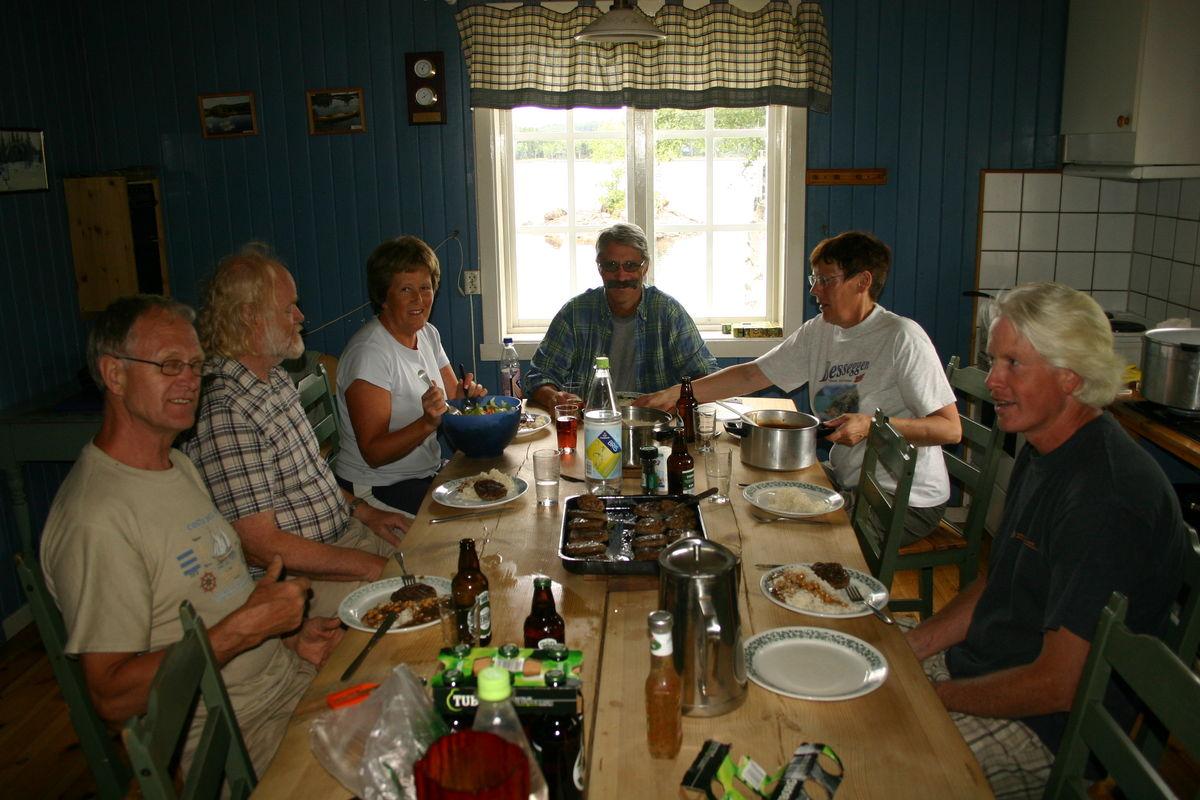 Dugnadsgjeng på Katnosdammen spiser middag