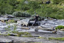 På sommerstid kan en komme seg tørrskodd over elva  - Foto: Kjell Fredriksen
