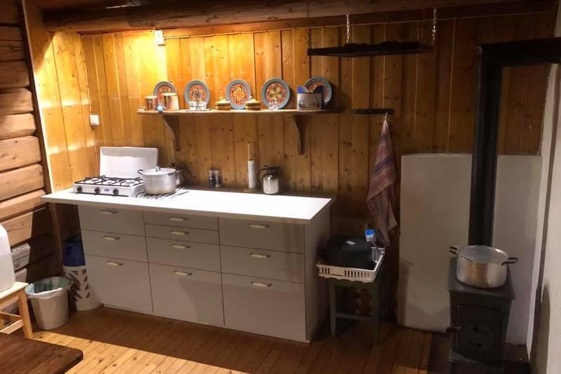 Kjøkkenbenk med gass og vedovn