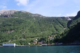 Flørli sommer -12. Turisthytten ligger nymalt øverst i bygden.  - Foto: Synnøve Spangelo