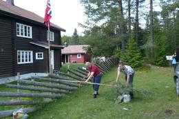 Ordfører i Østre Toten, Hans Seierstad, sager over stokken og erklærer Vesterås for åpnet. - Foto: Gunnar Westby