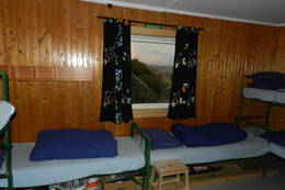 Soverom med stort og godt vindu 3 køysenger + 2 enkle - Foto: Hans Gornitzka