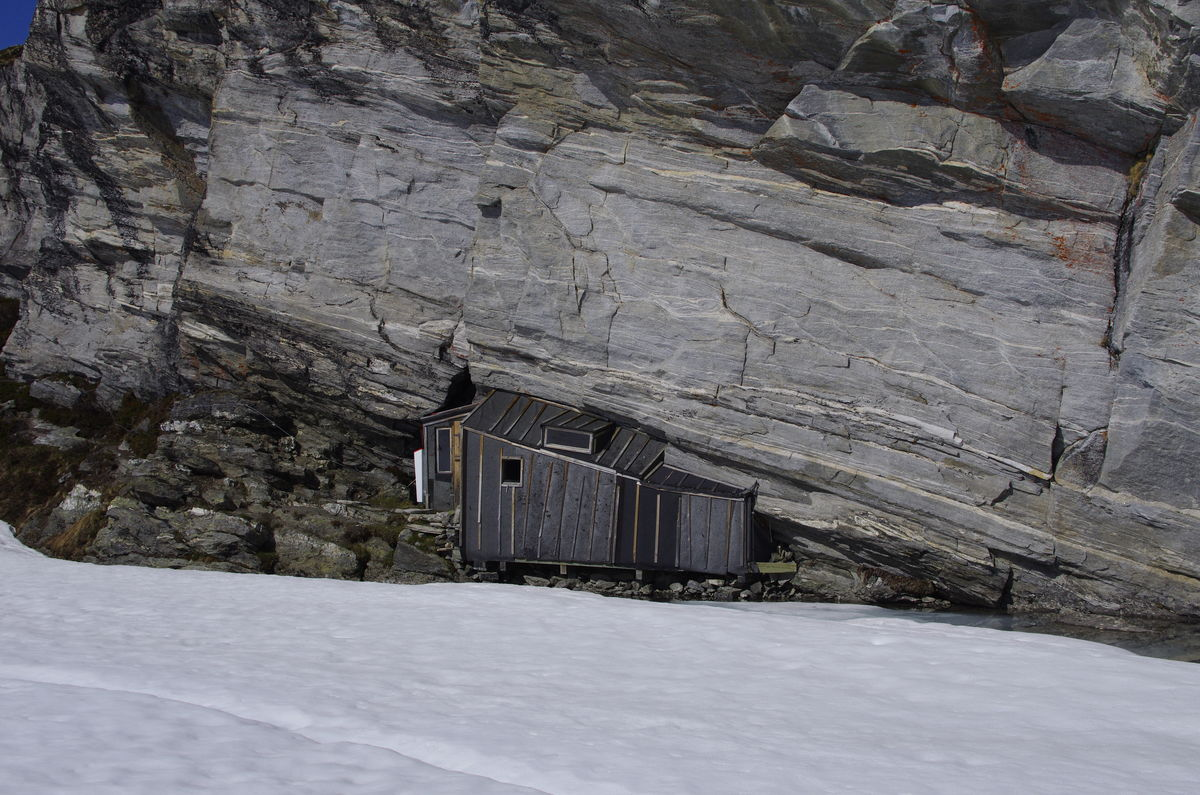 Fieldfarehytta sett fra isen på vannet