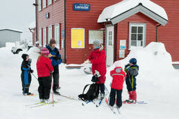 Fra Lønsdal stasjon er det kort veg bort til Lønsstua (ca 10 minutters gange). - Foto: Stig Harald Rasmussen