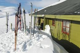 Ski klar for ny dag i påskesnøen ved Selhamar. - Foto: Jens Kristian Ellingsen og Ketil Michal Michelsen