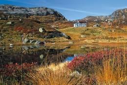 Grauthellerbu ligger fint til på en høyde like Grauthellervatnet og elven - Foto: Stavanger Turistforening
