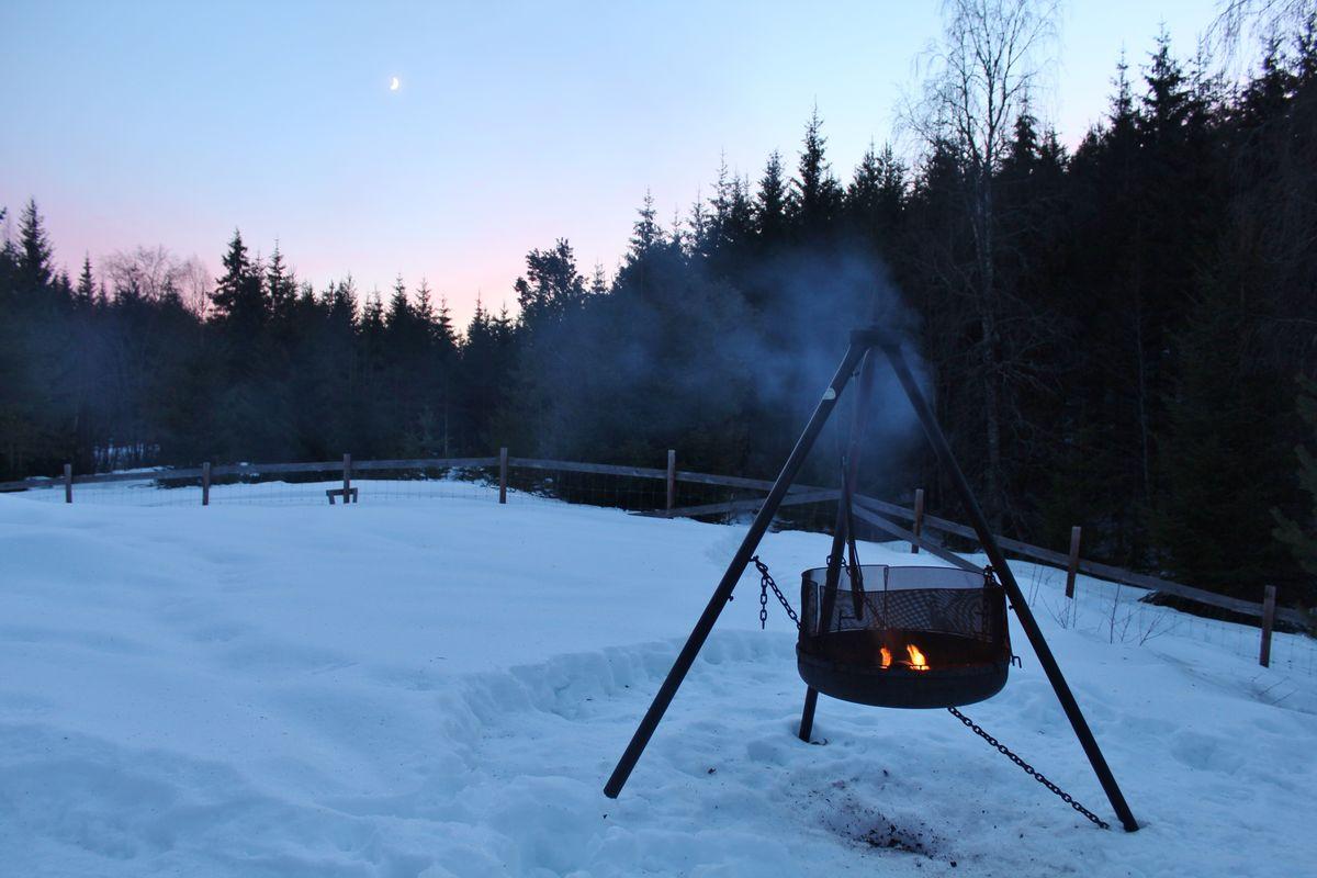 Bålpanna står utenfor hytta og innbyr til god stemning og muligheter for å lage mat på bål..