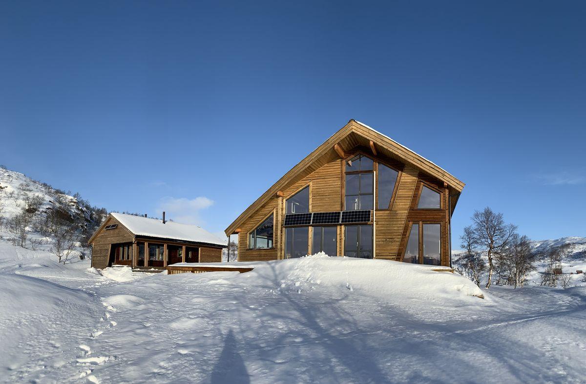 Hovedhytta og den lille hytta på Kvinen