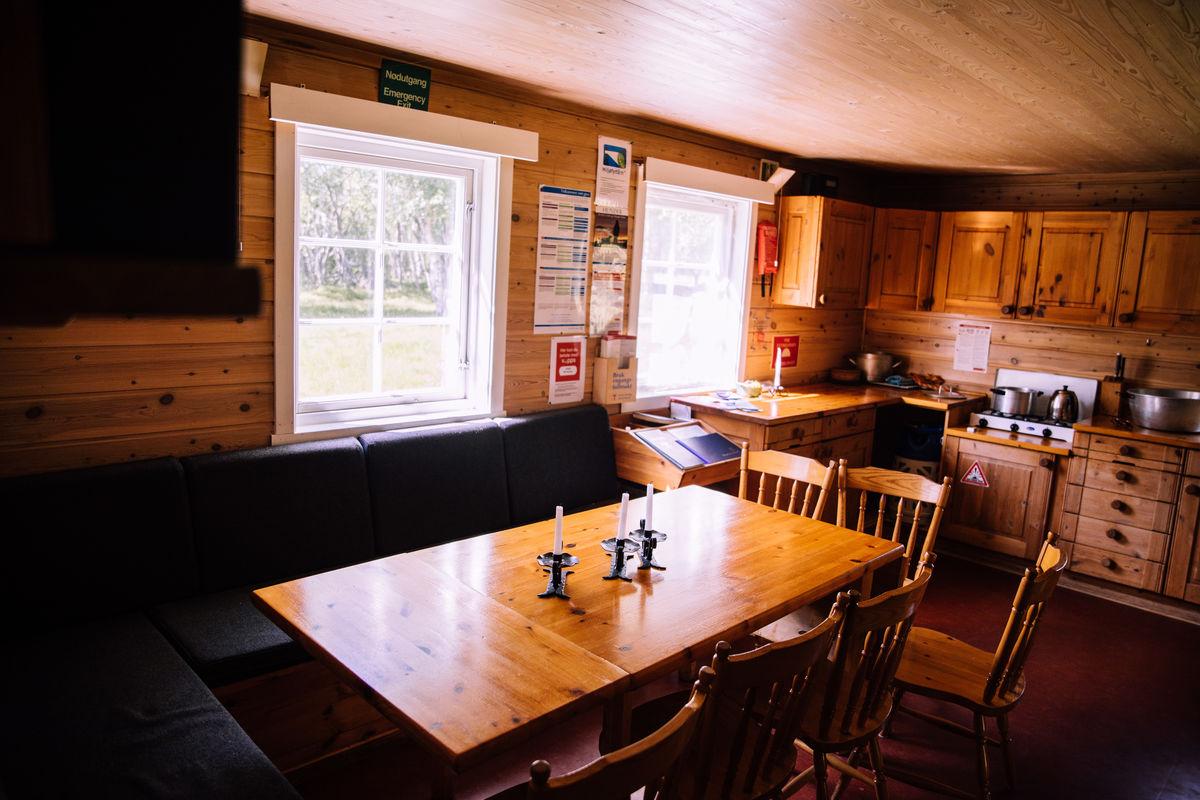 Kjøkken og spiseplass.