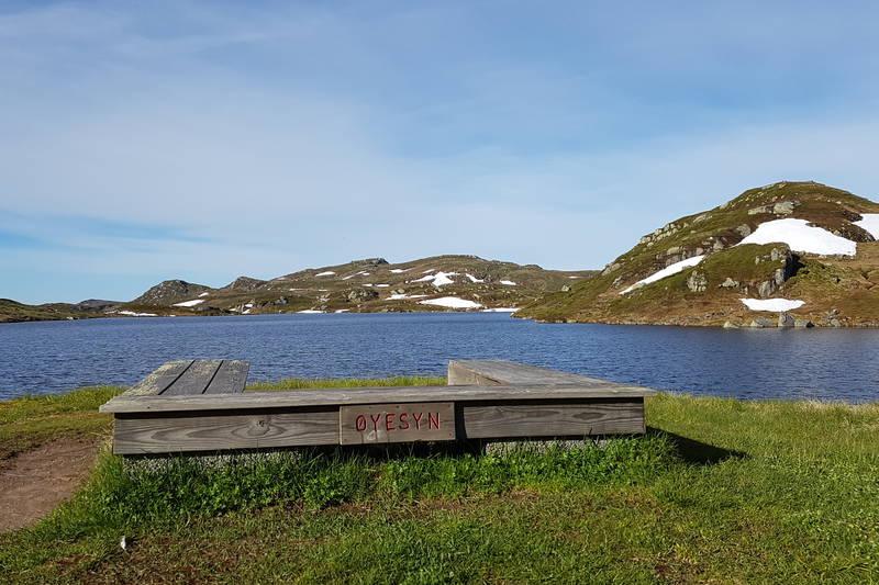 Utsikt over Øyuvsvatnet fra hytta