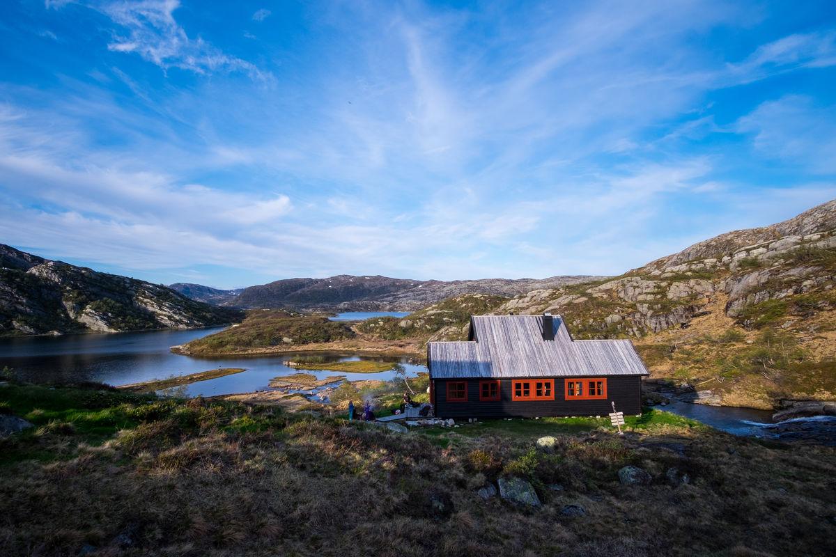 Hytta ligger ved Grauthellervatnet, som har gode fiskemuligheter. Medlemskort i STF gjelder som fiskekort.