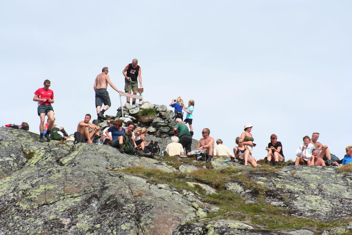 Folksomt på toppen av Hermannssnasa.