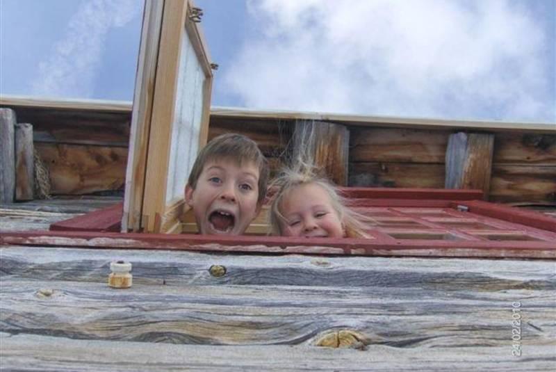 Barna nyter hyttelivet i Gjevilvassdalen.