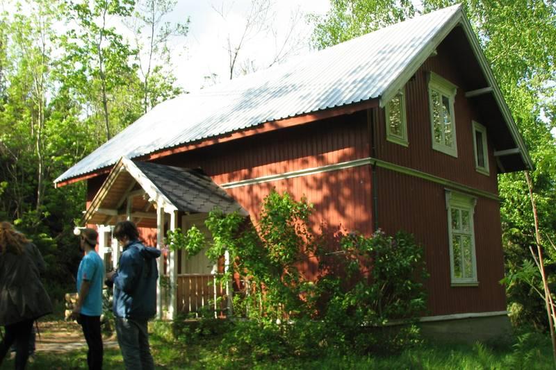 gammelt rødmalt to-etasjes hus midt på Killingen