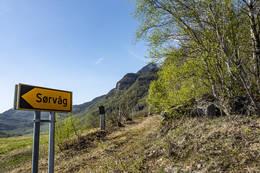 Ravnflåget sett fra bussholdeplassen i våg. -  Foto: Kjell Fredriksen