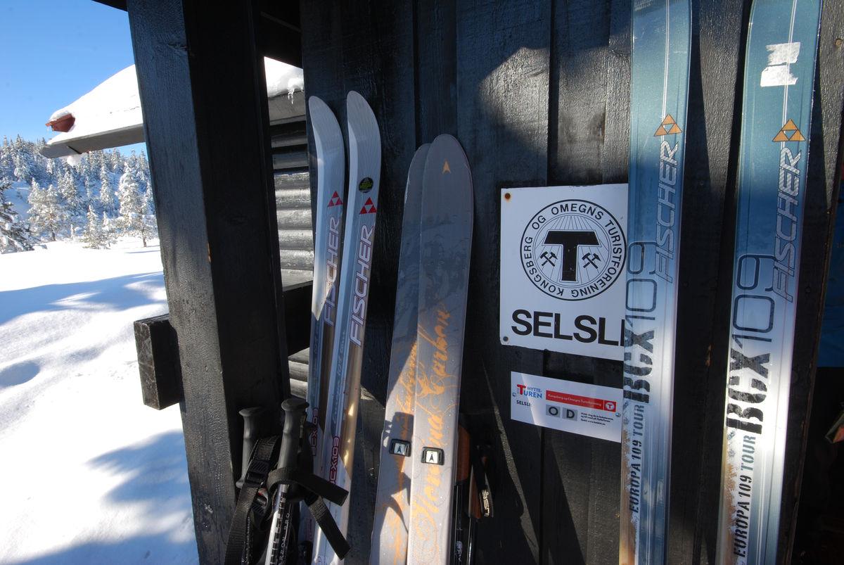 Ski i hytteveggen ved Selsli.