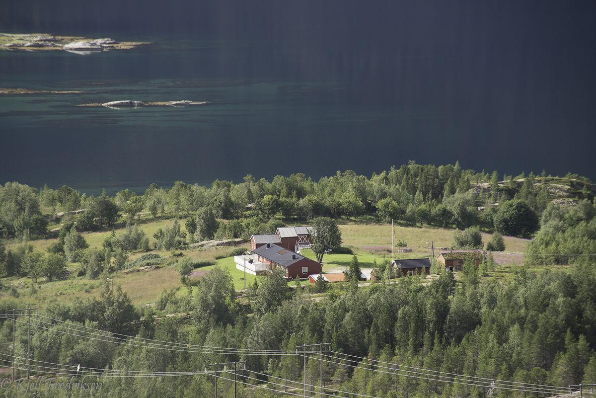 Turen er beskrevet ved start fra kommende infotavle like ved Tømmernes gård