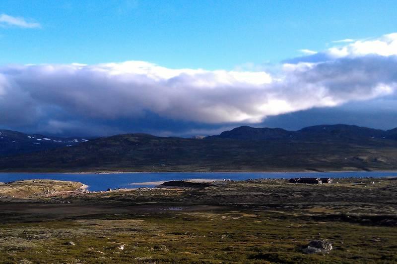 Utsikt ned mot hytta og Mårfjorden fra Mårshallet og slepa fra Imingfjell