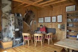 I sofakroken på Heibergtunet Storevatn er historien levende - Foto: Odd Inge Worsøe