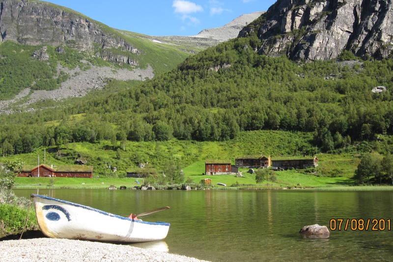 Utsikt mot Innerdal Turisthytte, Innerdalshytta (Gammelhytta) og Låven