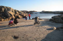 Familie på formiddagsturpå Donestranda. - Foto: Floke Bredland