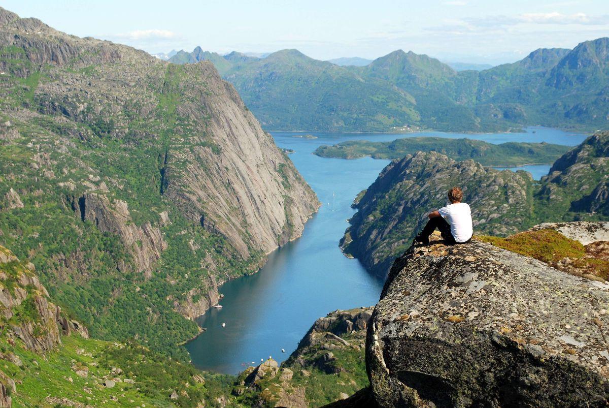 Fantastisk utsikt over majestetiske Trollfjorden fra en høyde like ved Trollfjordhytta.