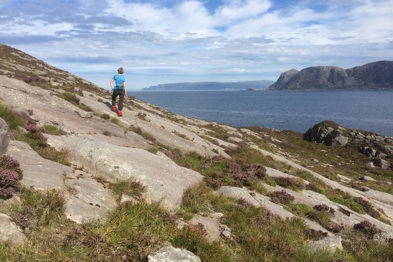 Skråberga nordover. Her ser du mot Frøya i Bremanger og Kvannhovden fyr på Hovden.