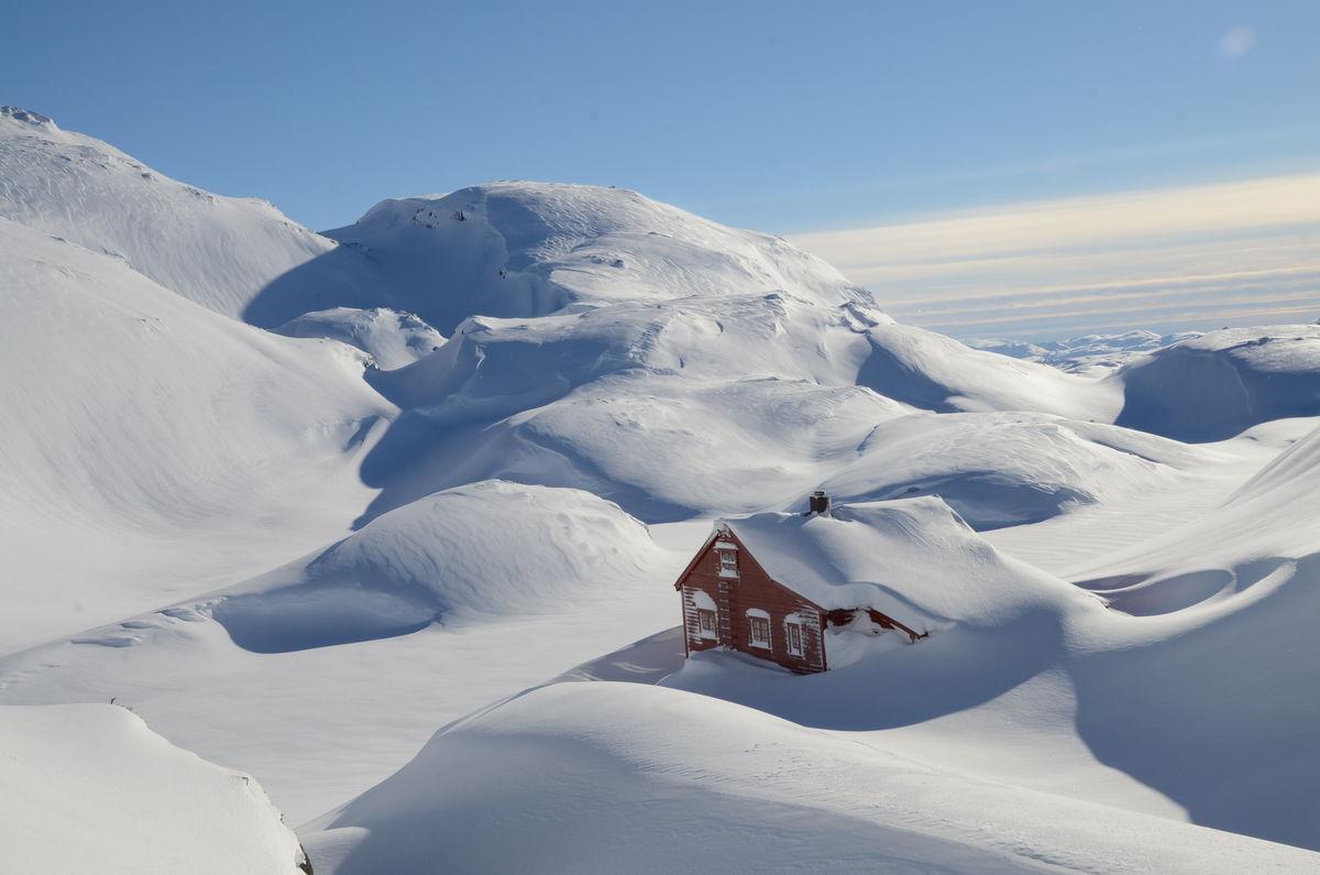 Høgabu turisthytte i vinterprakt.