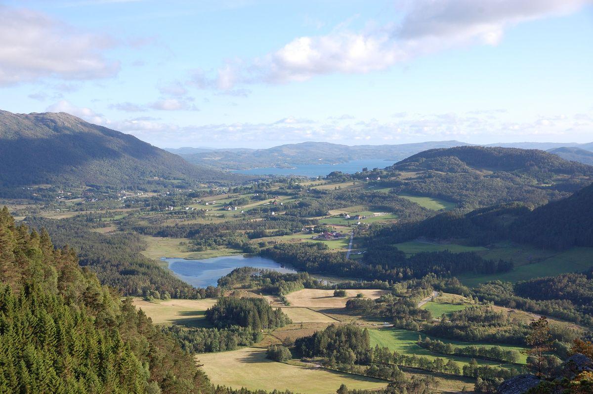 Utsikt sørover mot Vasslivatnet og Vikebygd