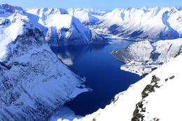 Nordangsfjorden og Hjørundfjorden, Sæbø på andre siden. Sunnmørsalper over alt! - Foto: Arild Eidset
