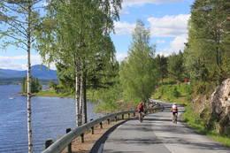 På sykkel langs Sonerens østside med utsikt mot Andersnatten.  - Foto: Hilde Roland