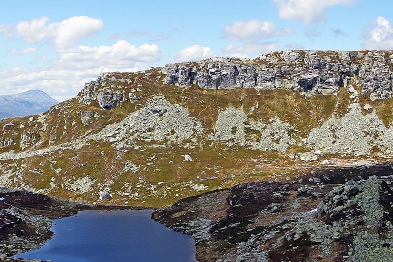Bletoppen sett fra Blerinden i øst. Den bratte stien ned fra toppen i østlig retning er godt synlig på bildet.