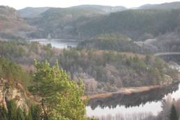 Mot nordøst ligger Indre Tjomsevann. Nederst skimtes Tjomsevannet der bekken fra Fiskebudalen renner ut. - Foto: Floke Bredland
