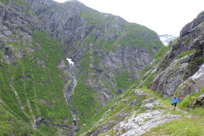 Stien/Råsa er uthogd i fjellet for at det skulle lette bøndenes veg til setra