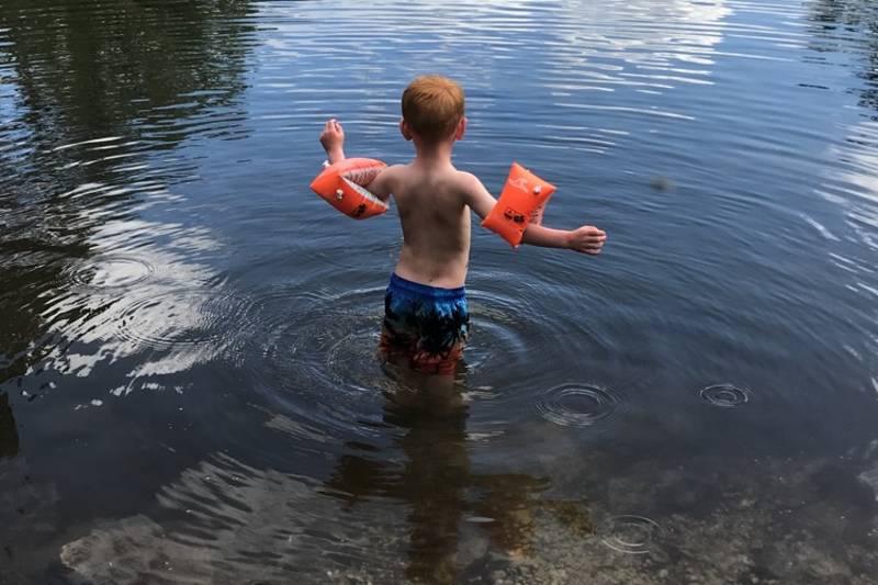 Krokvatn  fungerer fint som badevann en varm sommerdag- ca 1 km på stien fra Svukuriset