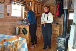 Oppholdsrommet har kjøkkenkrok, spisebord og sofagruppe.  - Foto: Arne Sklett Larsen