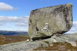 stor stein kallt Dusehesten nordvest for Dusehesten turisthytte - Foto: Åmund Tonna/DOT