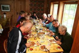 Nilsebu er ei stor hytte med plass til mange rundt langbordet. - Foto: Ukjent